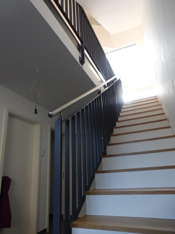 treppengel nder aus gepulvertem flachstahl mit handlauf aus edelstahl f rth odenwald. Black Bedroom Furniture Sets. Home Design Ideas