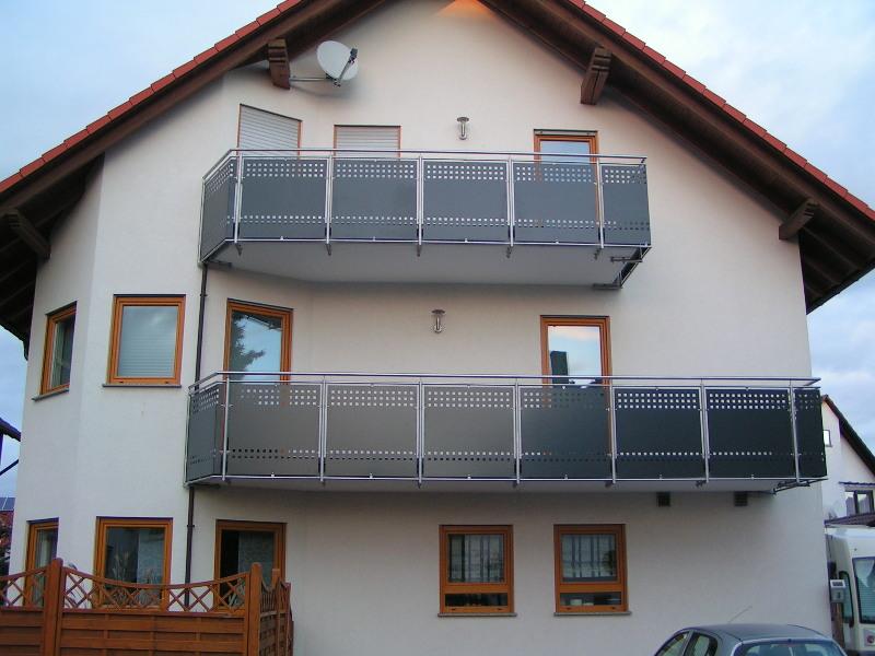 balkongel nder aus edelstahl mit f llung aus lochblech in anthrazit gepulvert befestigung von. Black Bedroom Furniture Sets. Home Design Ideas