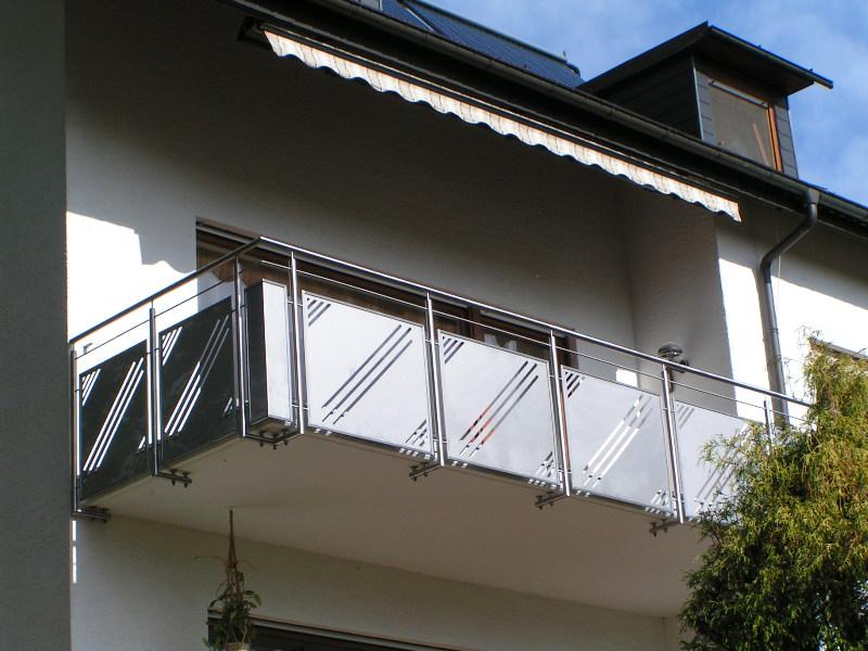 balkongel nder aus edelstahl mit f llung aus lochblech. Black Bedroom Furniture Sets. Home Design Ideas