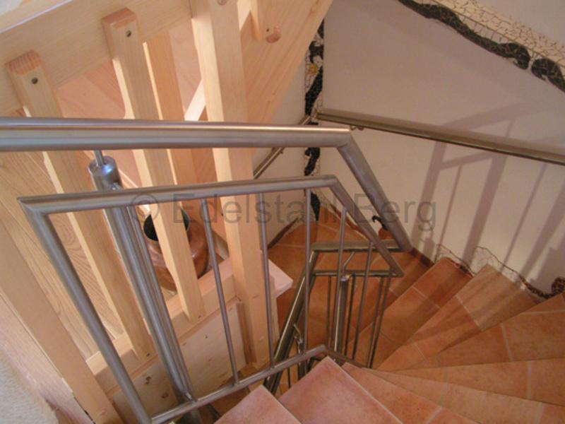 Treppengeländer aus Edelstahl für eine Innentreppe. Hier wurden die Pfosten aus 42,4 mm Rundrohr senkrecht hoch gebaut, die Füllung seitlich versetzt angebracht und an die verschiedenen Steigungen angepaßt. Rechts bzw. außen verläuft ein Handlauf aus Edelstahlrohr Durchmesser 42,4 mm. Messel, Kreis Darmstadt, Hessen
