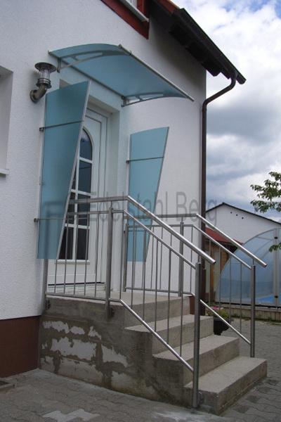 treppengel nder aus edelstahl an einer geraden au entreppe mit f llung aus senkrechten st ben. Black Bedroom Furniture Sets. Home Design Ideas