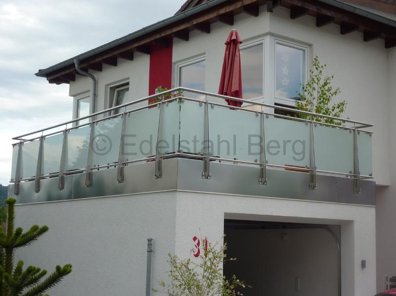 balkongel nder aus edelstahl mit f llung aus milchglas. Black Bedroom Furniture Sets. Home Design Ideas