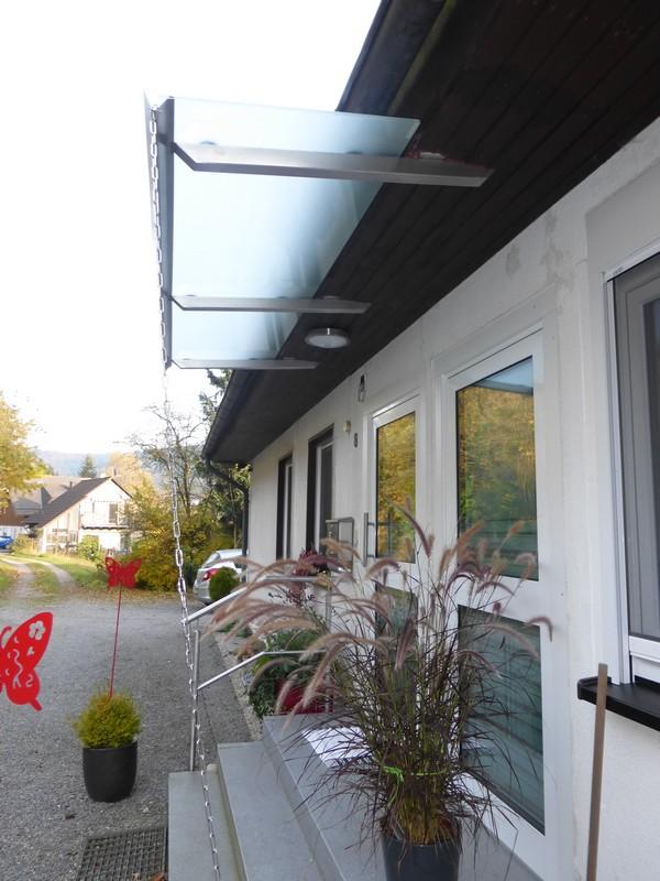 vordach aus edelstahl mit glas edelstahl roland berg f rth. Black Bedroom Furniture Sets. Home Design Ideas